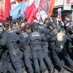 Bullen versuchen erfolglos Demo zu stoppen